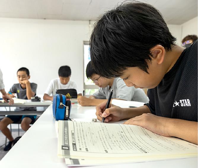 学習する中学生