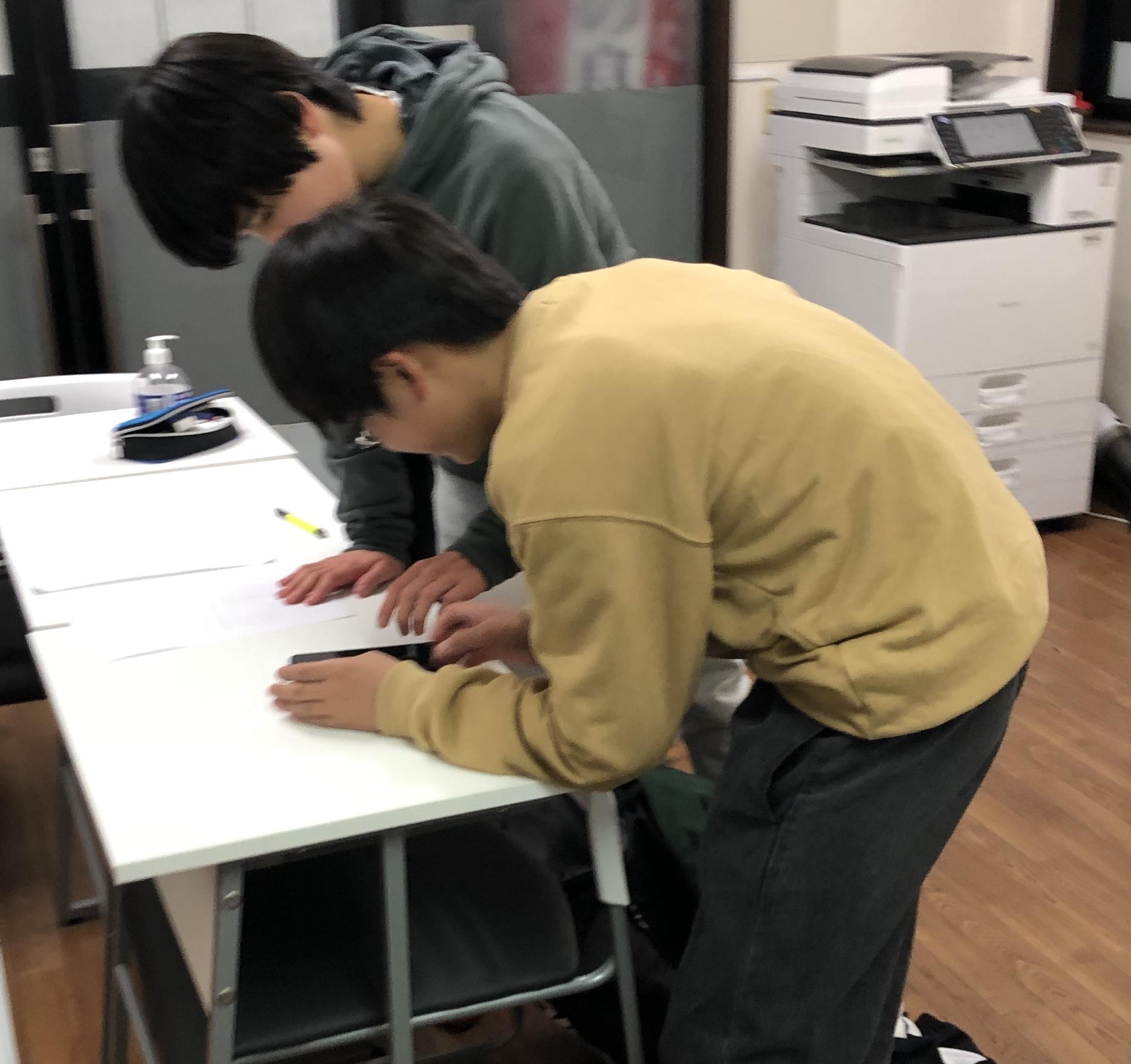 鶴見諸口校の勉強に集中している生徒
