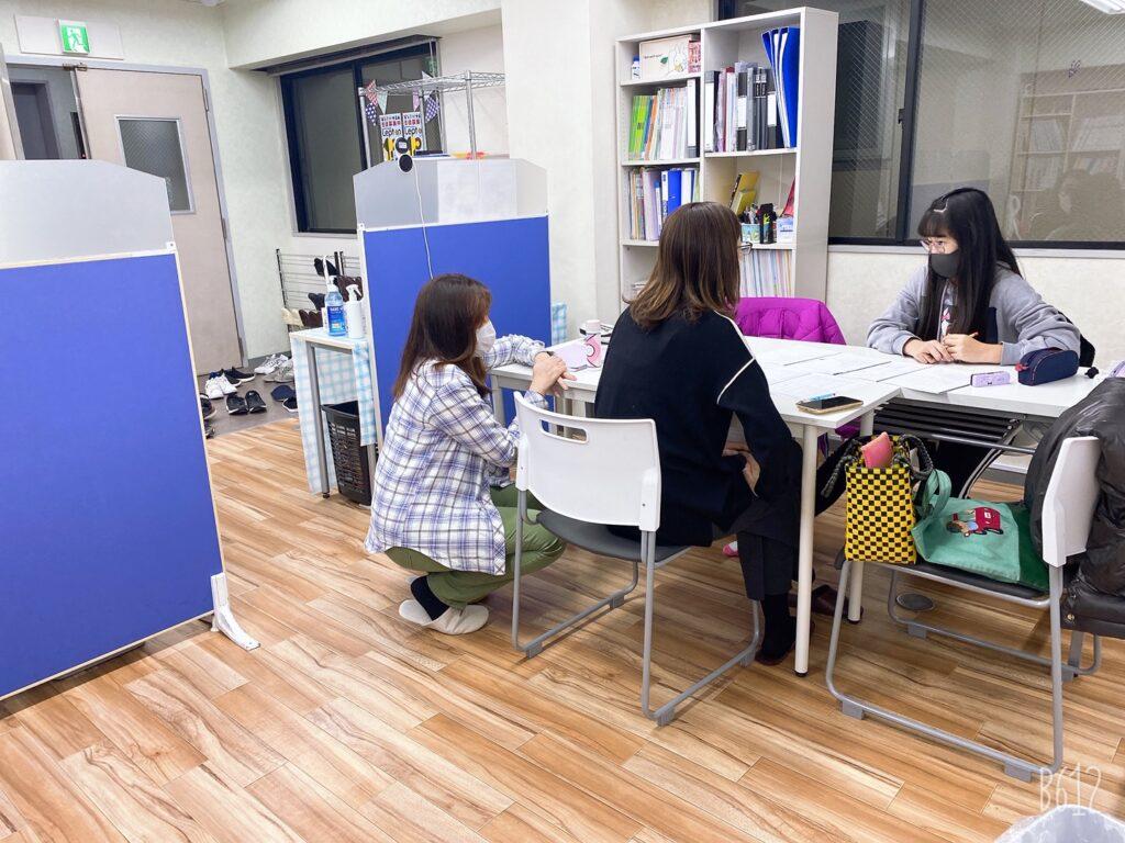 女性講師二人と女子小学生