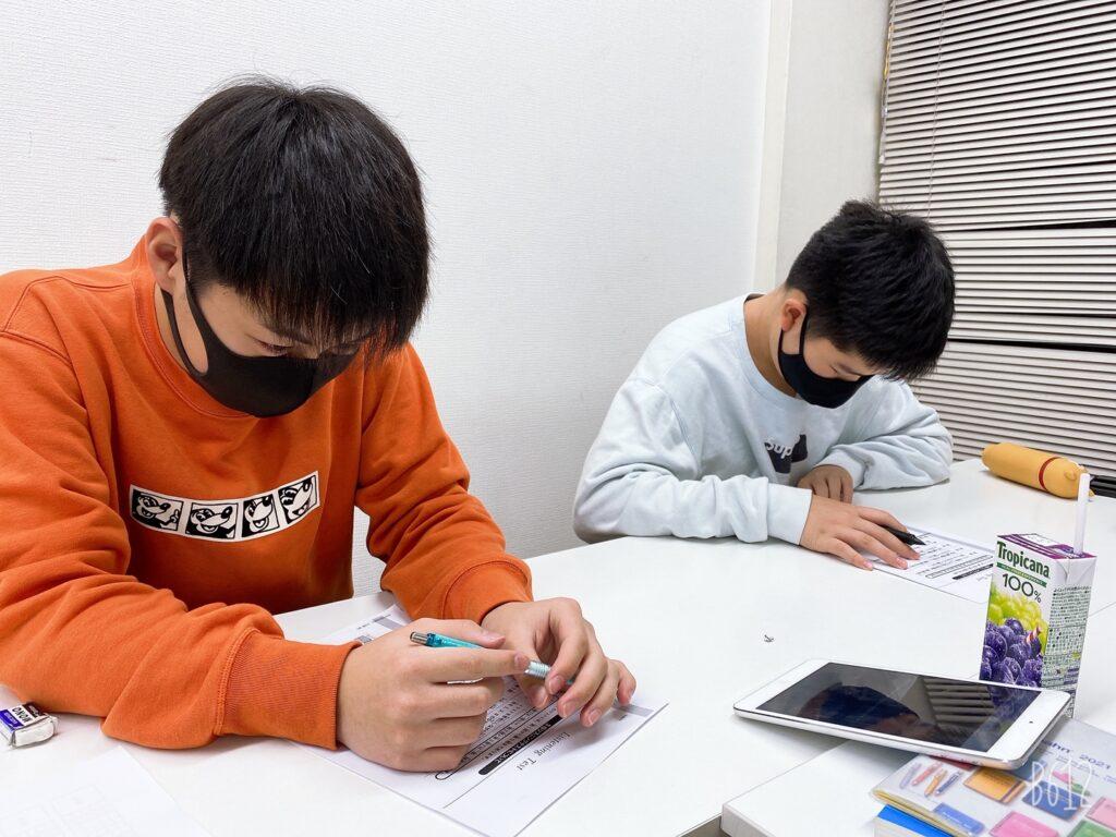 男子生徒二人 勉強中