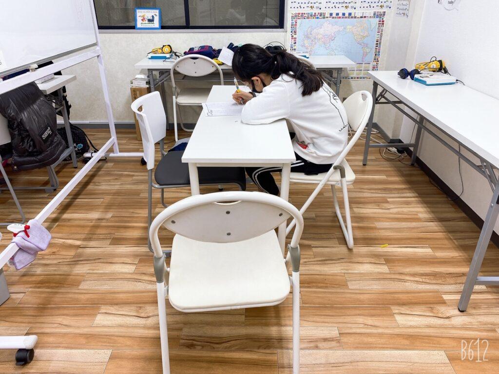 勉強する女子小学生