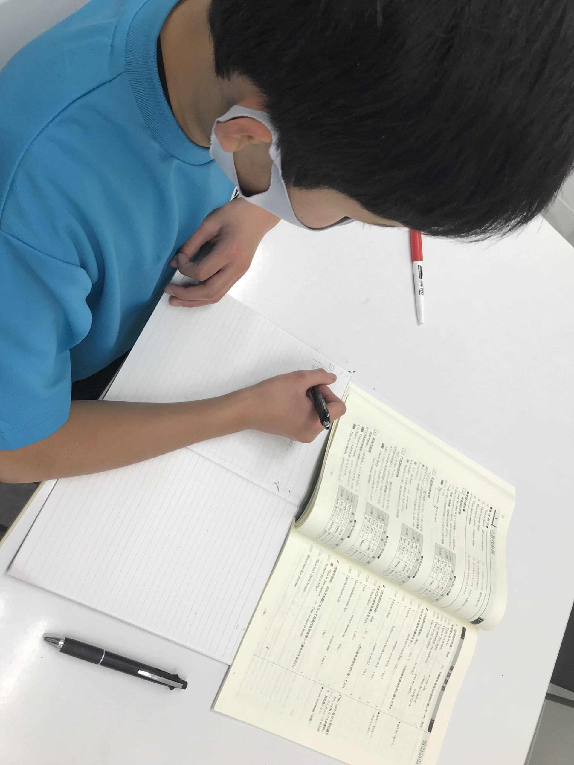 学習する中学生男子