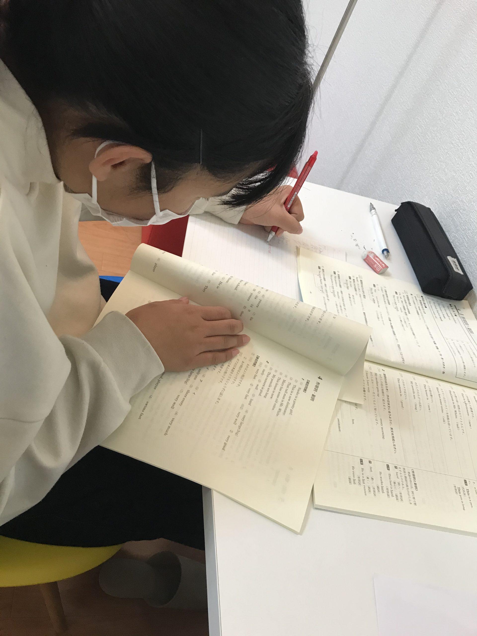 数学に取り組む中学生女子