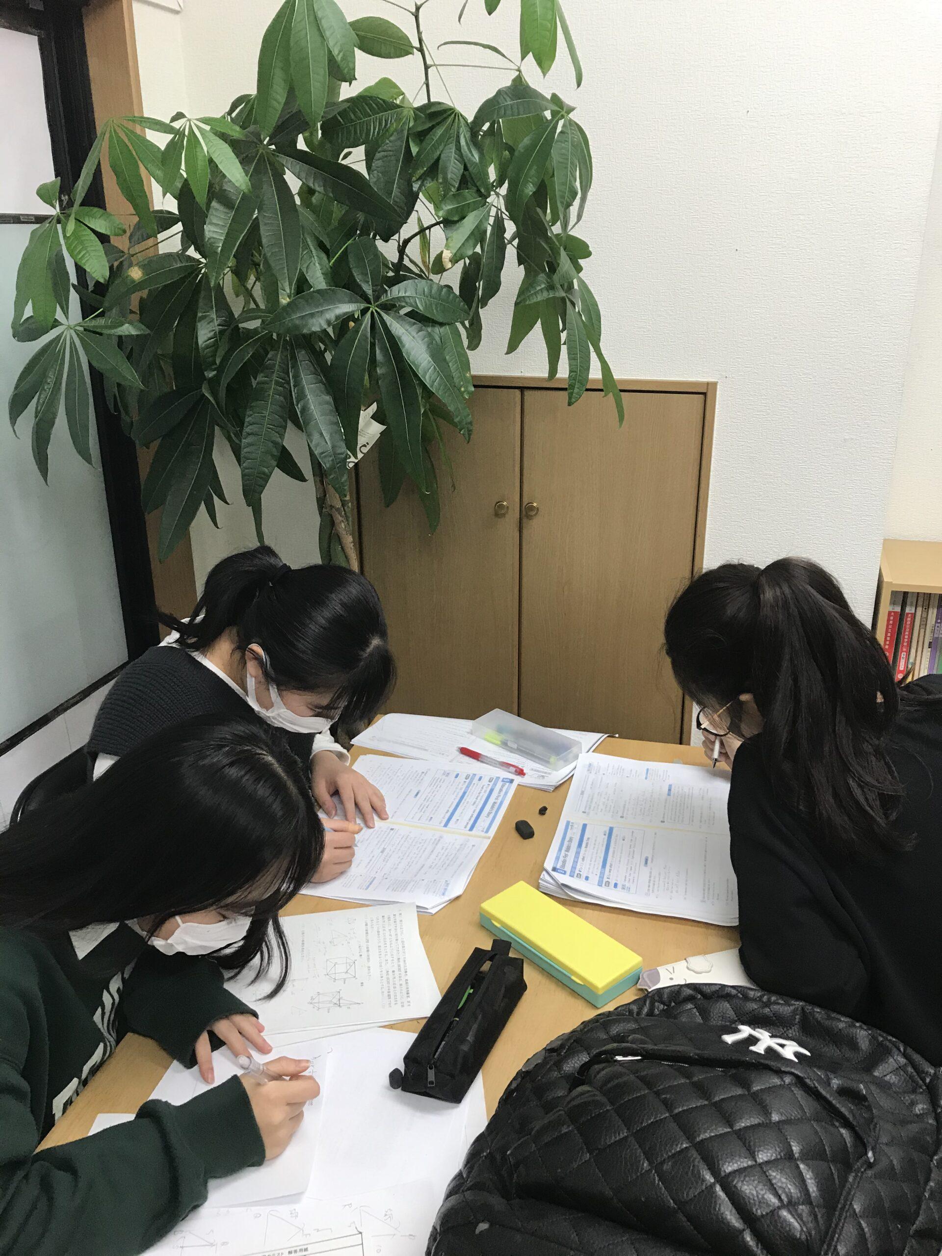 受験勉強する中学生