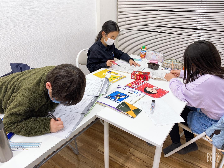勉強する小学生たち