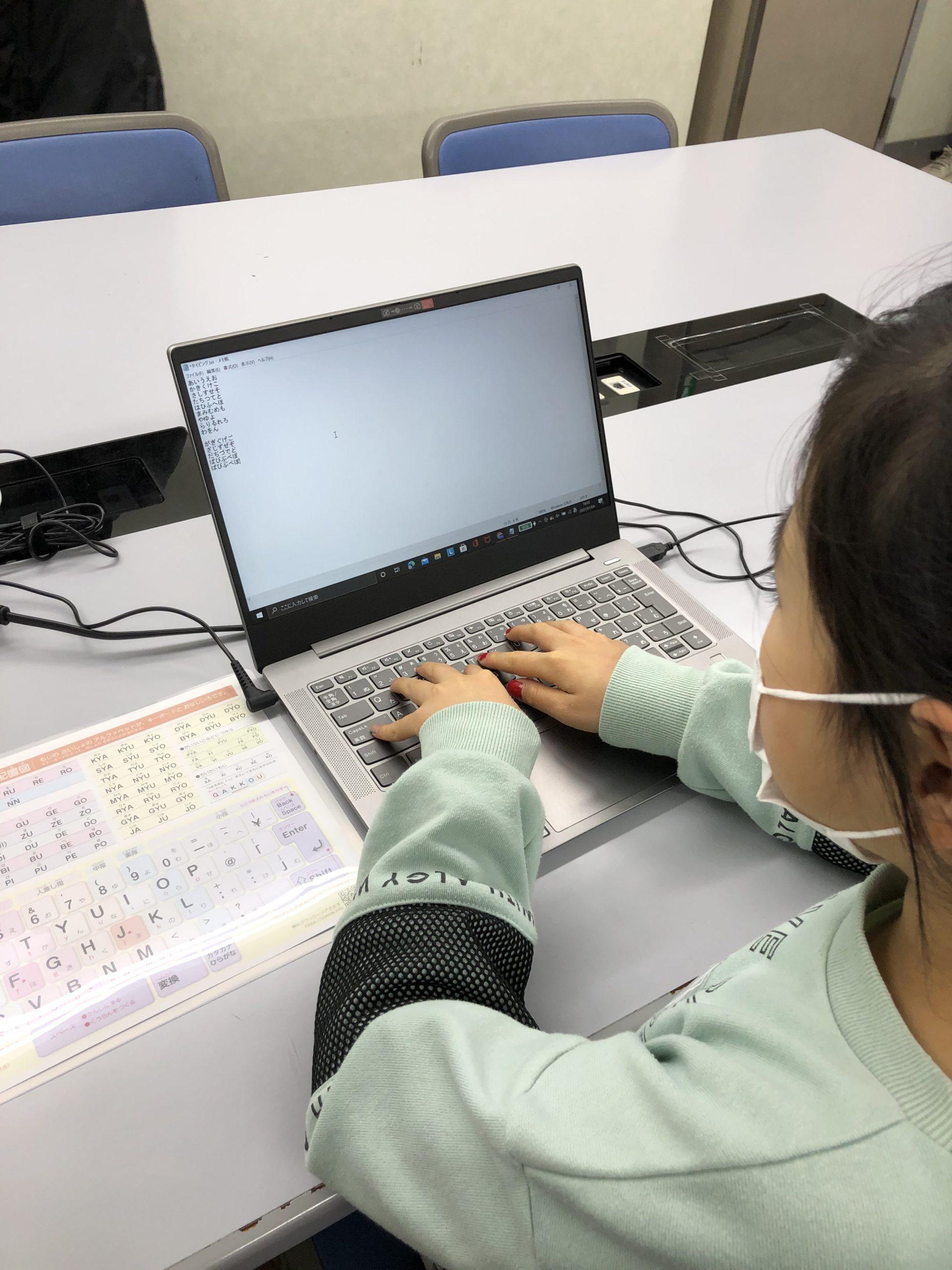 プログラミング教室の女子生徒