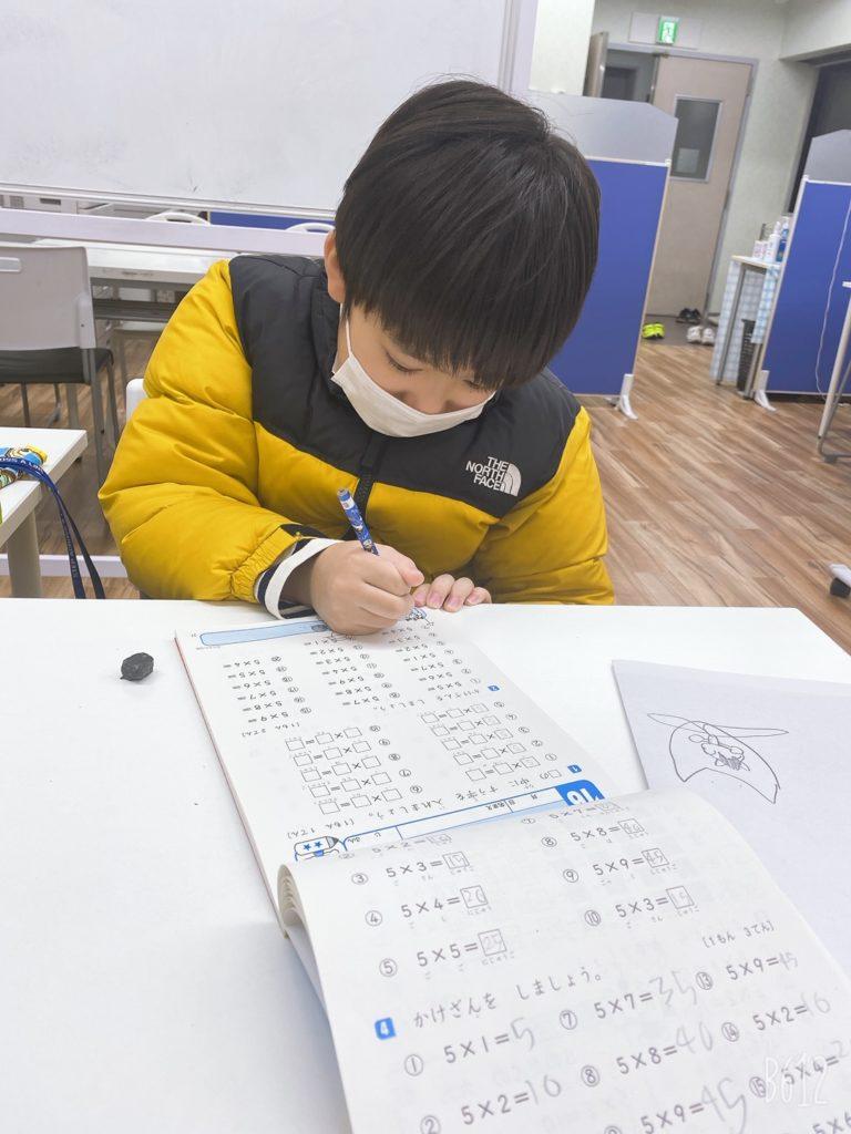 勉強する男子小学生