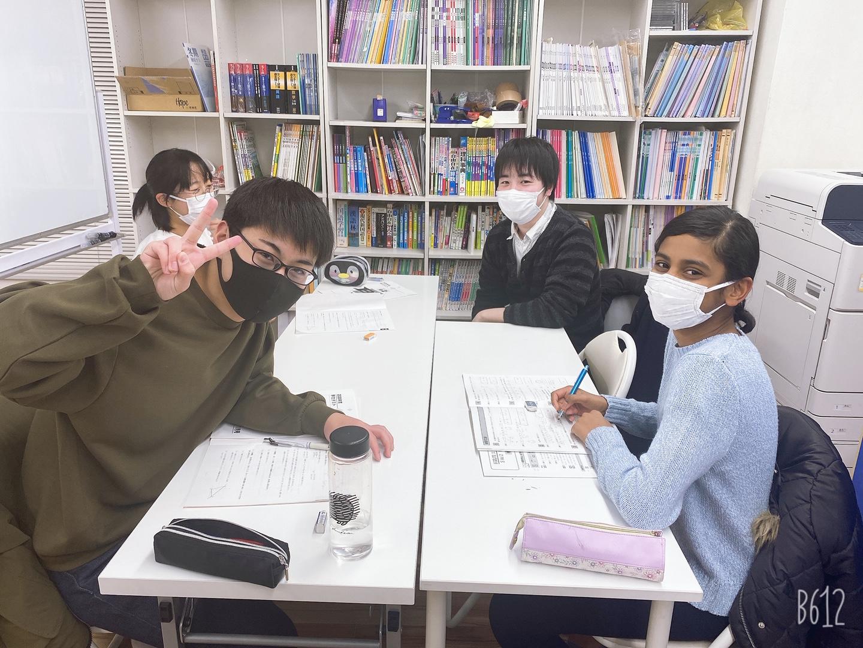 講師(左)と生徒たち、女子小学生、男子中学生