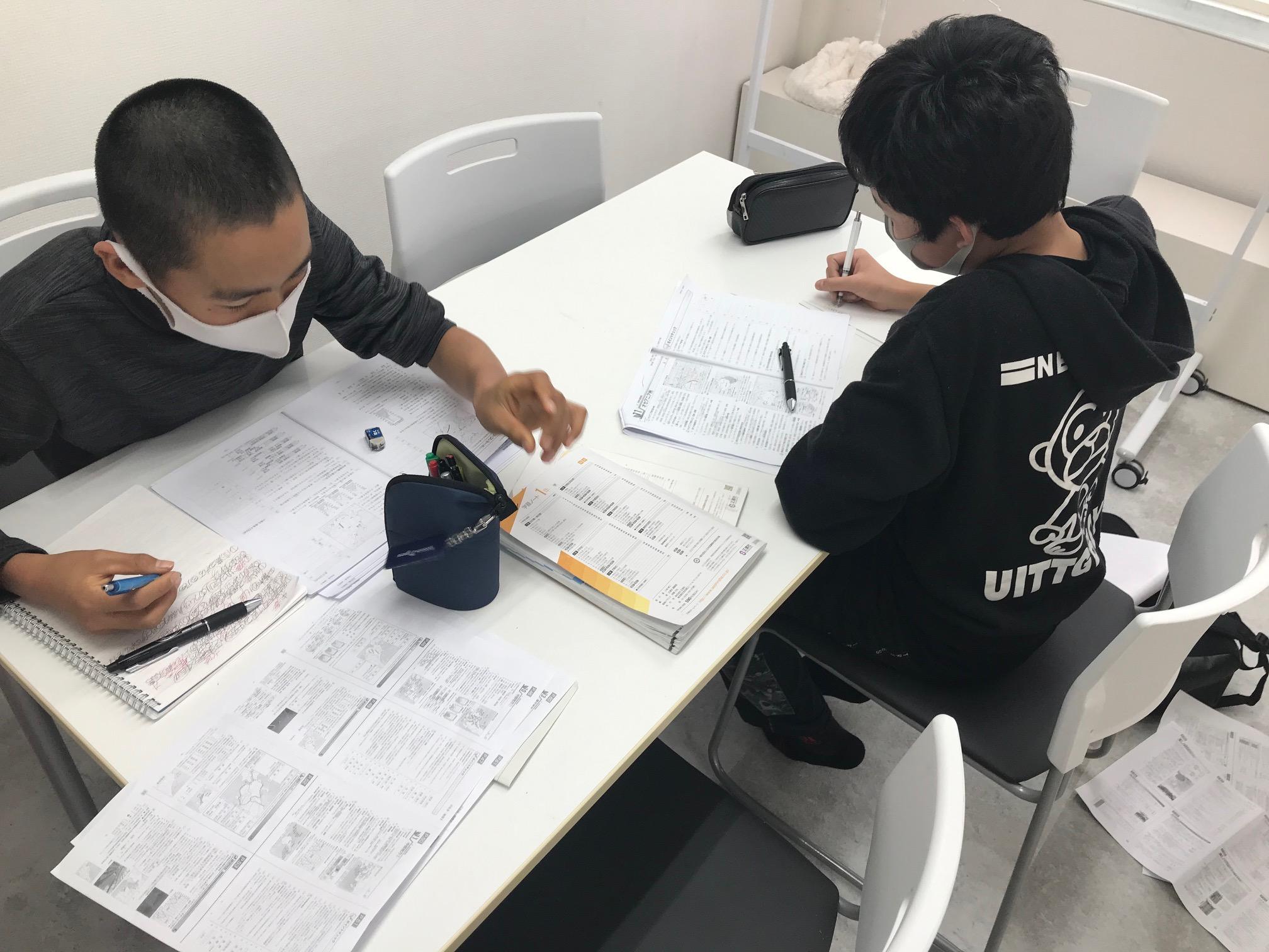 テスト勉強をする中学生